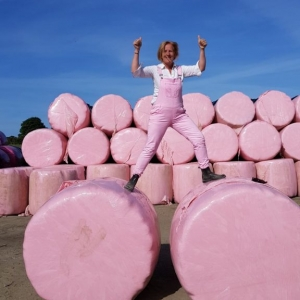 My pink bales endeavour to get all farming women to wrap in Pink ! 15000 raised trhoughtout Ireland
